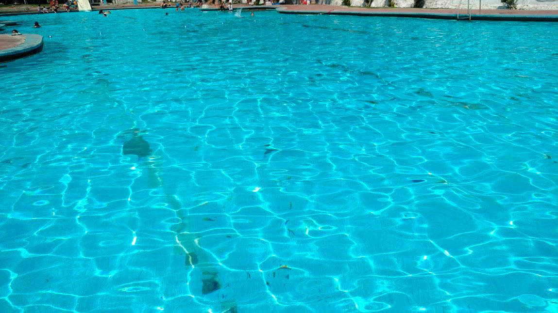 5 razones de nadar en agua de manantial, el agua fría tiene sus beneficios
